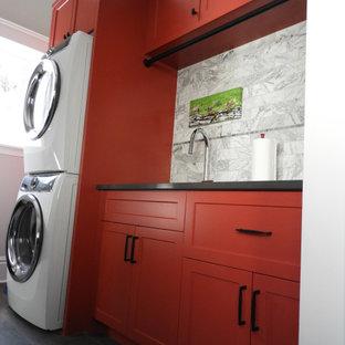 Стильный дизайн: маленькая прямая универсальная комната в стиле неоклассика (современная классика) с врезной раковиной, фасадами в стиле шейкер, красными фасадами, столешницей из кварцевого агломерата, белым фартуком, фартуком из каменной плитки, белыми стенами, полом из керамической плитки, с сушильной машиной на стиральной машине, серым полом, черной столешницей и стенами из вагонки - последний тренд