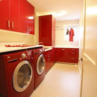 Cette photo montre une buanderie tendance avec des portes de placard rouges et un plan de travail blanc.