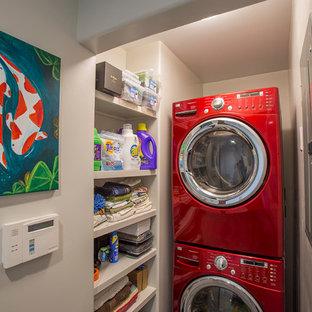 Inspiration för små exotiska tvättstugor enbart för tvätt, med vita väggar och en tvättpelare