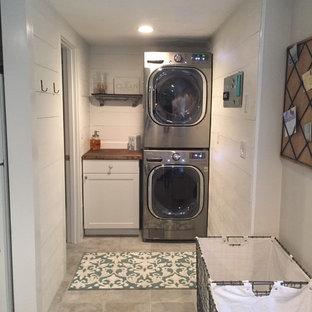 Idéer för att renovera ett litet u-format grovkök, med släta luckor, vita skåp, träbänkskiva, vita väggar, travertin golv, en tvättpelare och grått golv