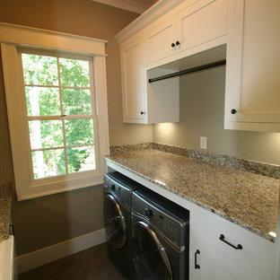 Esempio di una lavanderia multiuso classica di medie dimensioni con lavello stile country, ante in stile shaker, ante bianche, top in granito, pareti beige, pavimento in ardesia, lavatrice e asciugatrice affiancate e pavimento verde