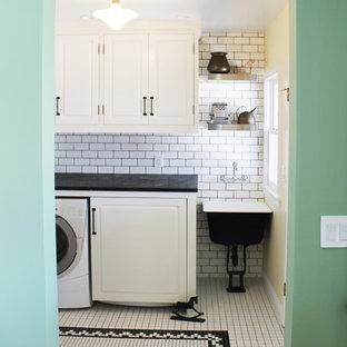 Idee per una sala lavanderia country di medie dimensioni con lavello stile country, ante con bugna sagomata, ante bianche, top in saponaria, pavimento con piastrelle in ceramica e pareti beige