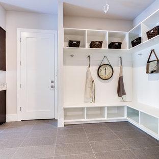 Esempio di una grande lavanderia multiuso minimal con lavello sottopiano, ante in stile shaker, ante in legno bruno, top in granito, pareti bianche, pavimento in gres porcellanato, lavatrice e asciugatrice affiancate, pavimento grigio e top multicolore