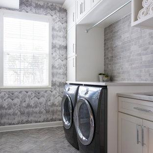 Idéer för att renovera en vintage vita linjär vitt tvättstuga, med skåp i shakerstil, vita skåp, grå väggar, en tvättmaskin och torktumlare bredvid varandra och grått golv