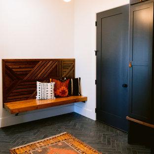 Inspiration för en rustik tvättstuga, med vita väggar, klinkergolv i keramik och grått golv