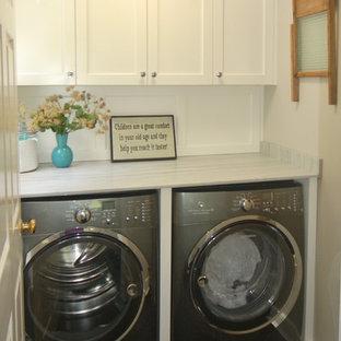 Inspiration för en mellanstor vintage linjär tvättstuga enbart för tvätt, med en allbänk, släta luckor, vita skåp, marmorbänkskiva, grå väggar, heltäckningsmatta och en tvättmaskin och torktumlare bredvid varandra