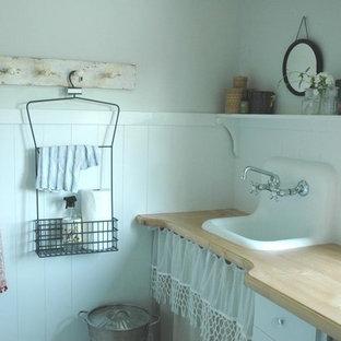 Inspiration för shabby chic-inspirerade beige tvättstugor, med en nedsänkt diskho och träbänkskiva