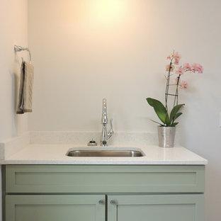 Ispirazione per una lavanderia multiuso country di medie dimensioni con lavello sottopiano, ante in stile shaker, ante verdi, top in legno, pareti grigie, pavimento in bambù e lavatrice e asciugatrice affiancate