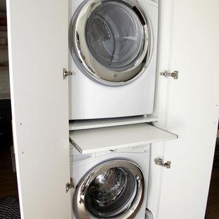 Idéer för maritima små tvättstugor, med släta luckor, vita skåp och en tvättpelare