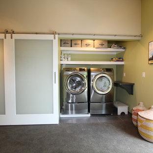 Idéer för en liten modern liten tvättstuga, med klinkergolv i porslin, en tvättmaskin och torktumlare bredvid varandra och gröna väggar