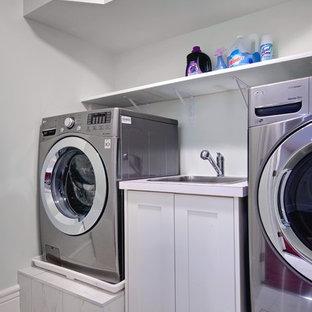 Foto di una piccola sala lavanderia vittoriana con lavello da incasso, ante in stile shaker, ante bianche, top in laminato, pareti grigie, pavimento con piastrelle in ceramica e lavatrice e asciugatrice affiancate