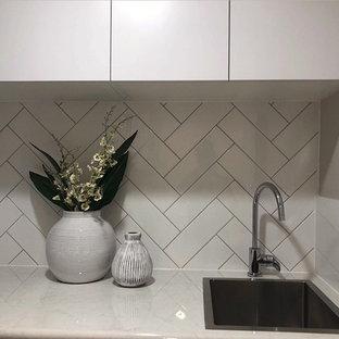 Idee per una piccola sala lavanderia chic con lavello a vasca singola, ante lisce, ante bianche, top in laminato, pareti grigie, pavimento con piastrelle in ceramica e pavimento bianco
