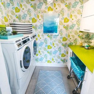 Exempel på en liten modern parallell tvättstuga enbart för tvätt, med släta luckor, vita skåp, bänkskiva i kvarts, flerfärgade väggar, klinkergolv i keramik och en tvättmaskin och torktumlare bredvid varandra