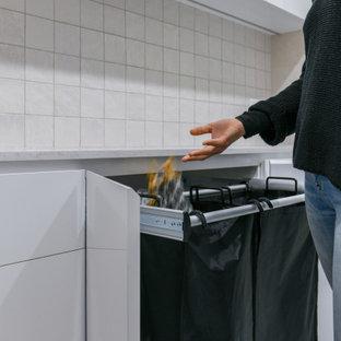 Idéer för mellanstora funkis parallella vitt tvättstugor enbart för tvätt, med en nedsänkt diskho, släta luckor, vita skåp, bänkskiva i kvarts, beige stänkskydd, stänkskydd i keramik, beige väggar, klinkergolv i keramik, en tvättmaskin och torktumlare bredvid varandra och beiget golv
