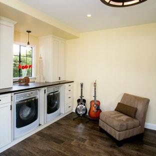 Idéer för ett mellanstort klassiskt u-format grovkök, med luckor med infälld panel, vita skåp, bänkskiva i kvarts, linoleumgolv, tvättmaskin och torktumlare byggt in i ett skåp och beige väggar
