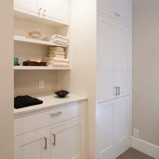Idéer för att renovera ett litet vintage parallellt grovkök, med skåp i shakerstil, vita skåp, bänkskiva i kvarts, klinkergolv i keramik, beige väggar och tvättmaskin och torktumlare byggt in i ett skåp