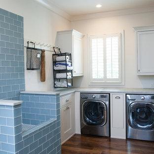 Immagine di una lavanderia multiuso country con pareti bianche, parquet scuro e lavatrice e asciugatrice affiancate