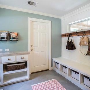 Стильный дизайн: большая параллельная универсальная комната в классическом стиле с врезной раковиной, фасадами в стиле шейкер, белыми фасадами, гранитной столешницей, синими стенами, полом из травертина и со стиральной и сушильной машиной рядом - последний тренд