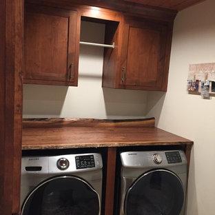 Foto di una piccola sala lavanderia stile rurale con ante a filo, ante in legno scuro, top in legno, pavimento in gres porcellanato e lavatrice e asciugatrice affiancate