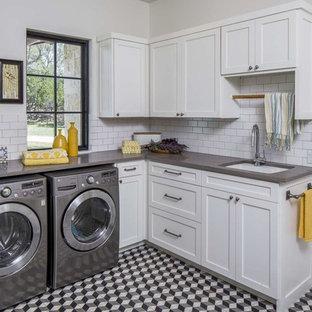 Esempio di una grande sala lavanderia chic con lavello sottopiano, ante in stile shaker, ante bianche, top in quarzo composito, pareti bianche, lavatrice e asciugatrice affiancate, pavimento multicolore, pavimento con piastrelle in ceramica e top grigio