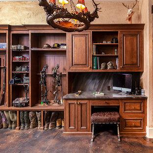 Réalisation d'une grand buanderie chalet multi-usage avec un placard à porte affleurante et des portes de placard marrons.