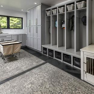 Esempio di una lavanderia multiuso rustica di medie dimensioni con lavello da incasso, ante grigie, pareti bianche, pavimento in gres porcellanato, pavimento grigio, top bianco e ante in stile shaker