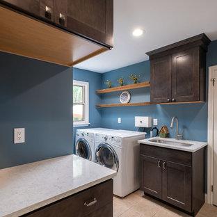 Inspiration för ett litet rustikt flerfärgad flerfärgat grovkök, med en undermonterad diskho, luckor med infälld panel, bruna skåp, bänkskiva i kvarts, blå väggar och en tvättmaskin och torktumlare bredvid varandra