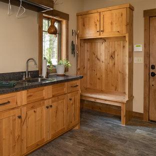 Idee per una lavanderia multiuso stile rurale di medie dimensioni con lavello da incasso, ante in stile shaker, ante con finitura invecchiata, top in granito, pareti beige, pavimento in laminato e pavimento grigio