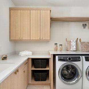 Foto di una lavanderia scandinava con ante in legno chiaro