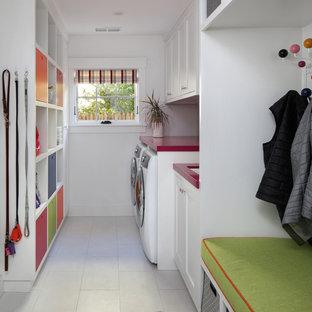 Ispirazione per una lavanderia multiuso moderna con ante in stile shaker, ante bianche, top in superficie solida, pareti bianche, pavimento con piastrelle in ceramica, lavatrice e asciugatrice affiancate, pavimento bianco e top rosso