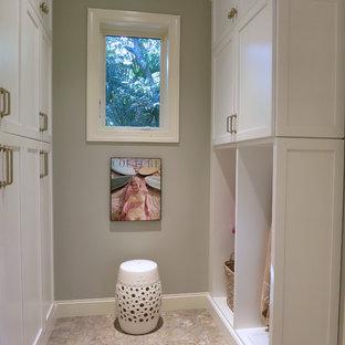 Idee per un'ampia lavanderia multiuso con lavello sottopiano, ante in stile shaker, ante bianche, top in quarzo composito, pareti verdi, pavimento con piastrelle in ceramica e lavatrice e asciugatrice affiancate