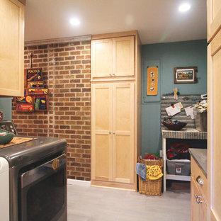 Cette photo montre une buanderie parallèle éclectique dédiée et de taille moyenne avec un placard à porte shaker, des portes de placard en bois clair, un plan de travail en zinc, un mur bleu, un sol en carrelage de porcelaine, des machines côte à côte et un sol gris.