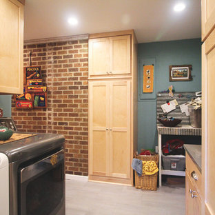 Inspiration för mellanstora eklektiska parallella tvättstugor enbart för tvätt, med skåp i shakerstil, skåp i ljust trä, bänkskiva i zink, blå väggar, klinkergolv i porslin, en tvättmaskin och torktumlare bredvid varandra och grått golv