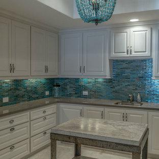 Esempio di una grande sala lavanderia stile americano con lavello sottopiano, ante con bugna sagomata, ante bianche, top in quarzo composito, pareti blu e pavimento in marmo