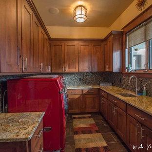 Bild på en mellanstor rustik u-formad tvättstuga enbart för tvätt, med en undermonterad diskho, skåp i shakerstil, skåp i mörkt trä, granitbänkskiva, beige väggar, skiffergolv och en tvättmaskin och torktumlare bredvid varandra