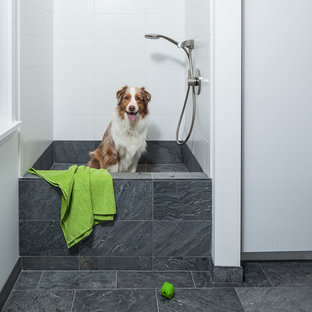 Inspiration för en funkis tvättstuga, med släta luckor, vita skåp och vita väggar