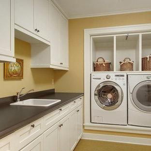 Idee per una lavanderia stile americano con top grigio e pareti marroni