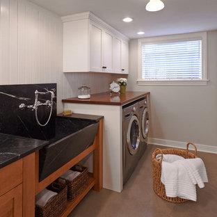 Idéer för ett modernt grovkök, med en rustik diskho, träbänkskiva, vita väggar och en tvättmaskin och torktumlare bredvid varandra