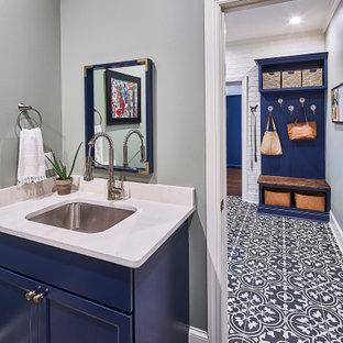 Idéer för att renovera ett mellanstort vintage vit parallellt vitt grovkök, med en undermonterad diskho, luckor med infälld panel, blå skåp, bänkskiva i kvarts, vitt stänkskydd, grå väggar, klinkergolv i keramik, en tvättpelare och flerfärgat golv