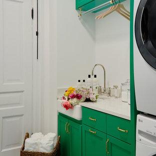 Exempel på en klassisk linjär tvättstuga enbart för tvätt, med en rustik diskho, skåp i shakerstil, gröna skåp, vita väggar, en tvättpelare och flerfärgat golv