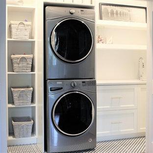 Immagine di un piccolo ripostiglio-lavanderia con lavello sottopiano, ante bianche, top in quarzite, pareti bianche, pavimento con piastrelle in ceramica, lavatrice e asciugatrice a colonna e top bianco