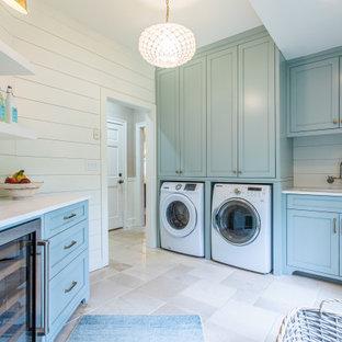 Bild på en vintage vita vitt tvättstuga med garderob, med en undermonterad diskho, skåp i shakerstil, turkosa skåp, vitt stänkskydd och vita väggar