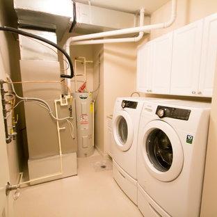Ispirazione per una piccola sala lavanderia chic con ante bianche, top in laminato, pareti beige, pavimento in linoleum, lavatrice e asciugatrice affiancate e ante con riquadro incassato