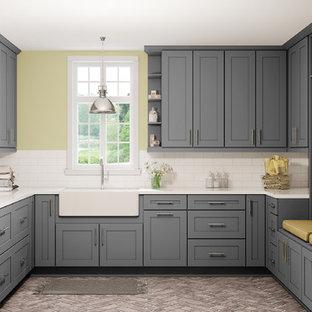 Inspiration för stora moderna u-formade vitt tvättstugor enbart för tvätt, med en rustik diskho, skåp i shakerstil, grå skåp, marmorbänkskiva, gula väggar, klinkergolv i porslin, en tvättpelare och beiget golv