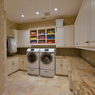 Exempel på ett mycket stort klassiskt u-format grovkök, med en enkel diskho, luckor med upphöjd panel, vita skåp, laminatbänkskiva, flerfärgade väggar, klinkergolv i porslin och en tvättmaskin och torktumlare bredvid varandra