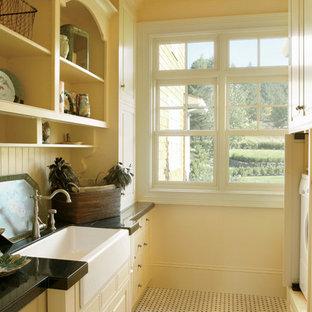 Inspiration för klassiska tvättstugor, med en rustik diskho