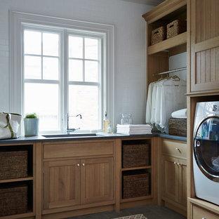 Idee per una sala lavanderia vittoriana di medie dimensioni con lavello sottopiano, ante in stile shaker, ante in legno scuro, pareti bianche, lavatrice e asciugatrice affiancate e pavimento grigio