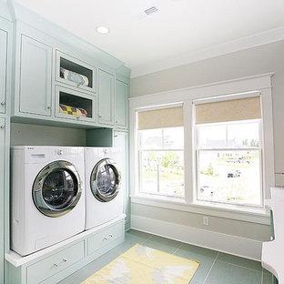 Idee per una sala lavanderia eclettica con ante con riquadro incassato, ante blu, pareti beige, pavimento con piastrelle in ceramica e lavatrice e asciugatrice affiancate
