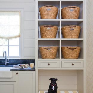 Inspiration för klassiska tvättstugor, med en rustik diskho, bänkskiva i täljsten, vita väggar och korkgolv