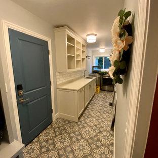 Immagine di una sala lavanderia country di medie dimensioni con lavello sottopiano, ante con riquadro incassato, ante bianche, top in quarzo composito, pareti blu, pavimento in gres porcellanato, lavatrice e asciugatrice affiancate, pavimento blu e top beige